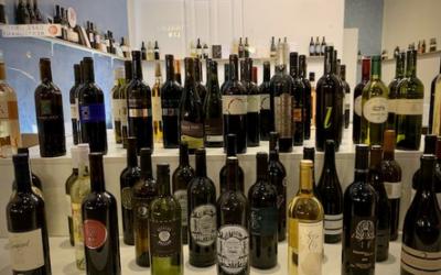 Une arcade de vins genevois en ville de Genève